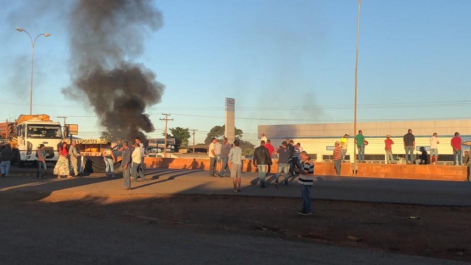 Caminhoneiros queimam pneus na BR-060, no perímetro urbano de Rio Verde
