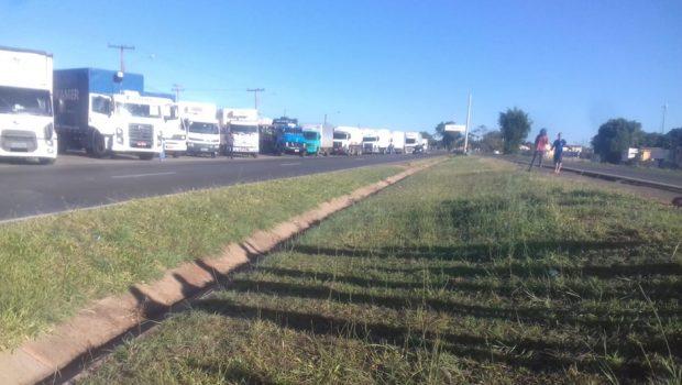 No terceiro dia de manifestação, caminhoneiros seguem bloqueando rodovias em Goiás