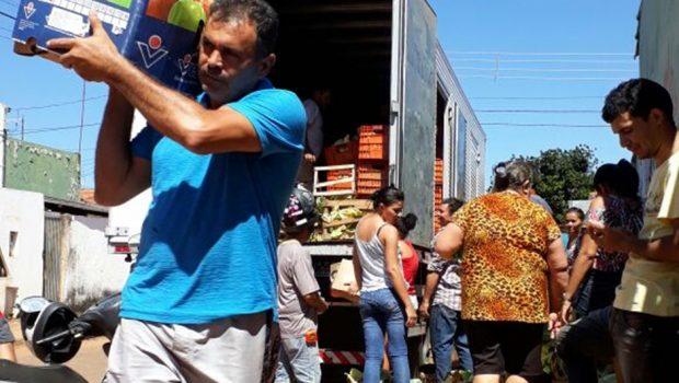Impedido de seguir viagem, caminhoneiro goiano doa mercadoria para população carente em Palmas