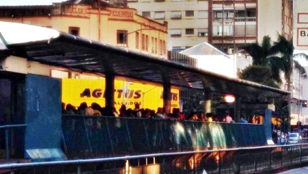 Após adoção de planilha de férias, tumultos são registrados em plataformas de ônibus em Goiânia