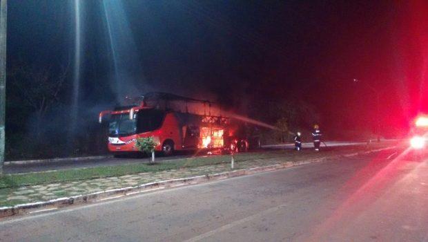 Ônibus de turismo com 21 passageiros pega fogo na BR-153, em Porangatu