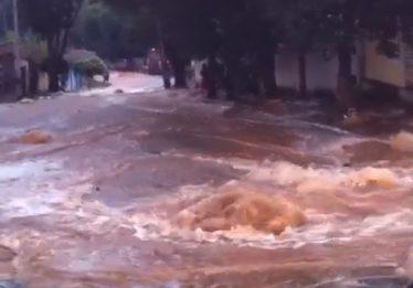 Adutora rompe e alaga pelo menos três casas na Vila Santana em Goiânia