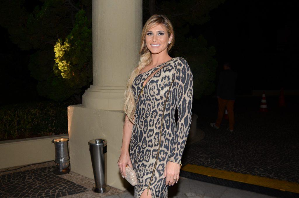 Lívia Andrade quase tem bolsa furtada após casamento de Lexa e MC Guimê