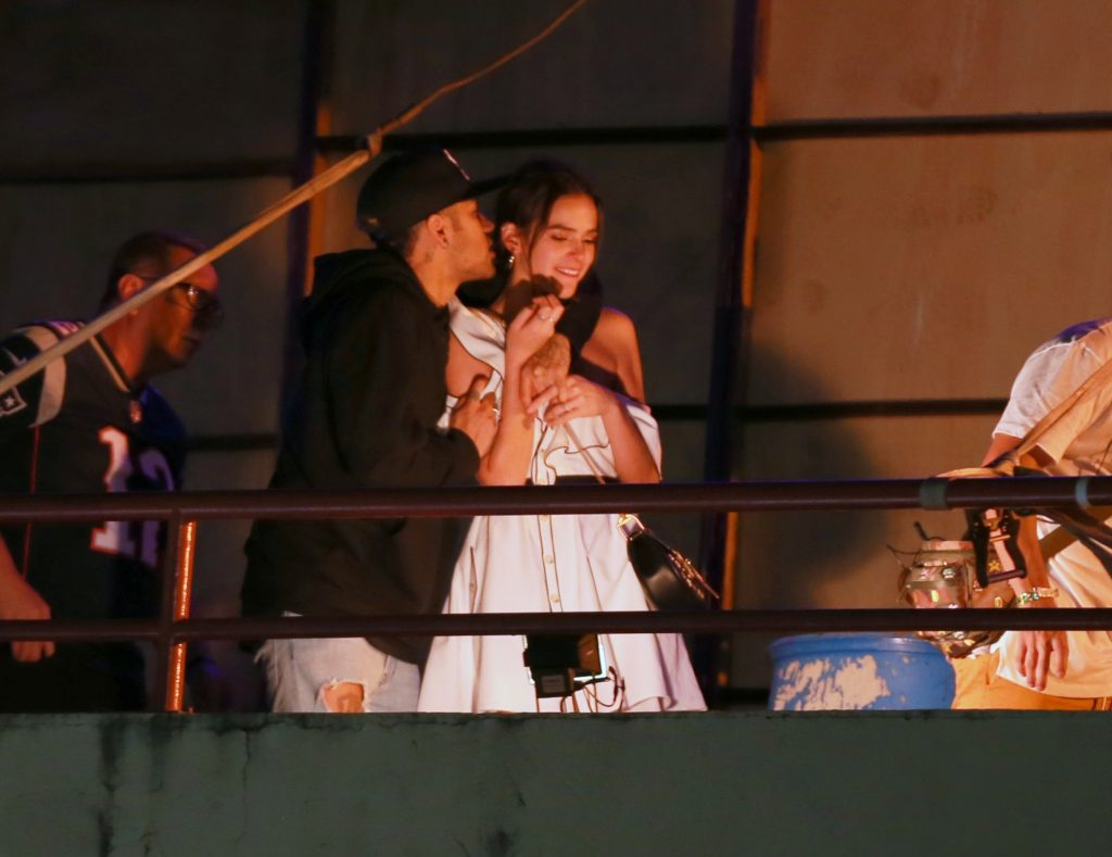 Bruna Marquezine pede para retirar mulheres solteiras de camarote onde Neymar está