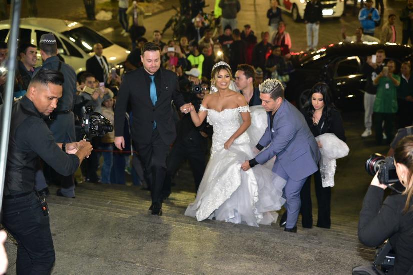 Casamento de Lexa e Guimê tem tumulto, e PM salva entrada triunfal da noiva