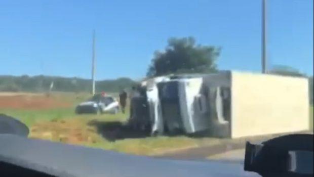 Durante perseguição, caminhão com carga roubada tomba na GO-80 e suspeito foge