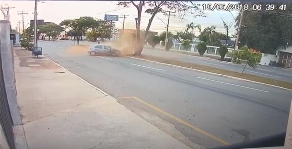 Motorista perde o controle da direção do veículo e bate em uma árvore no Setor Santa Genoveva