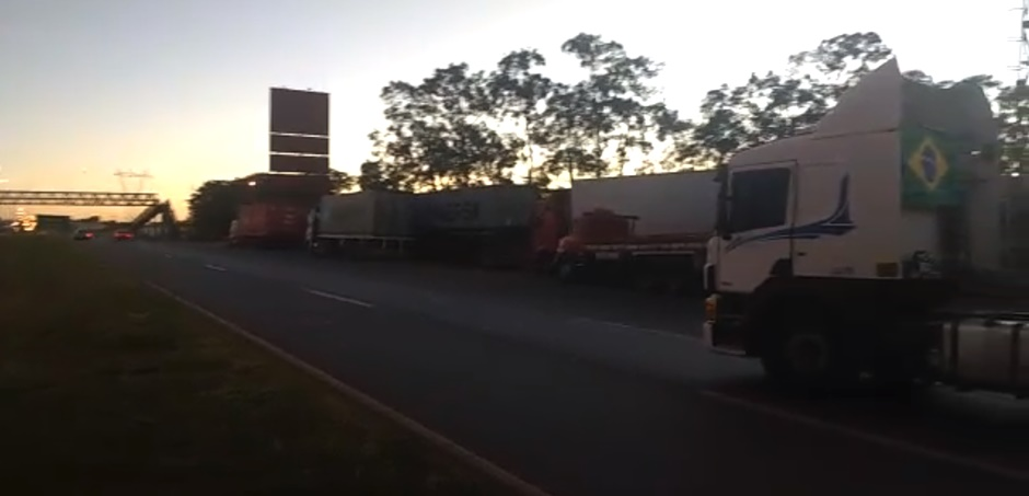 Em Goiás, caminhoneiros continuam bloqueando rodovias em protesto contra alta no preço do diesel