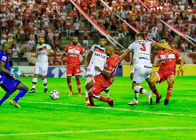 Atlético joga mal, sofre com lei do ex e é derrotado pelo CRB