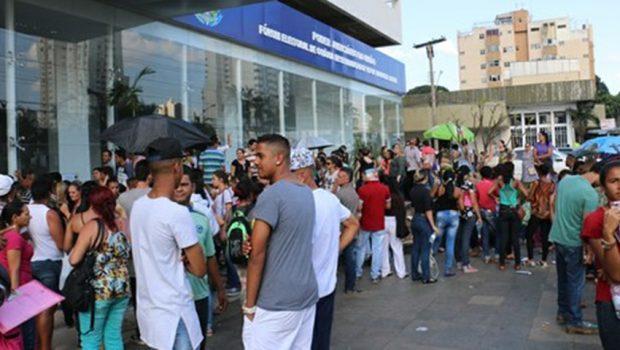 A dois dias do fim do prazo para a regularização do título, eleitores fazem fila na Central de Atendimento em Goiânia