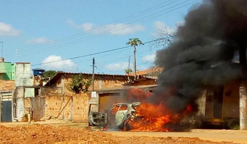 Carro que teria sido usado no crime foi incendiado no Setor Papillon Park, em Aparecida de Goiânia (Foto: Divulgação)