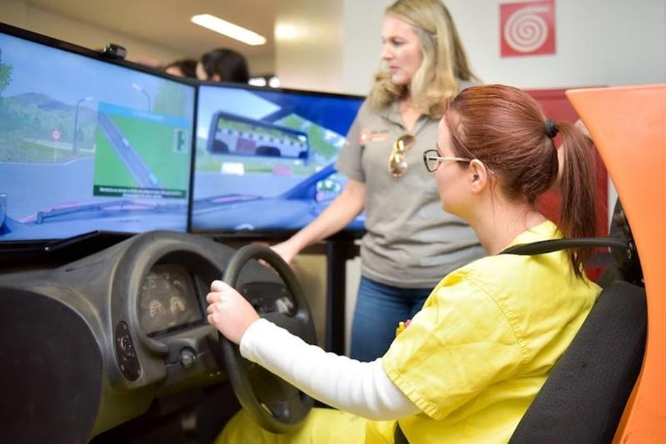 Para alertar sobre riscos no trânsito, CRER recebe simulador de direção