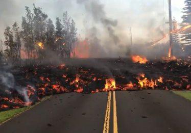 Imagens mostram estrada sendo 'engolida' por lava, no Havaí