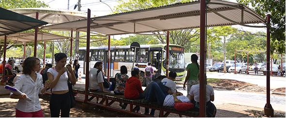 Usuários do transporte coletivo reclamam de divergência entre horário de ônibus e de aplicativo