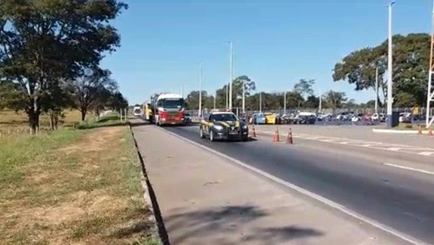 PRF escolta caminhões com combustível ao aeroporto de Goiânia