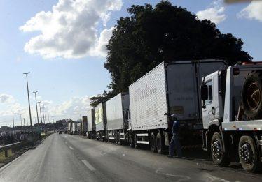 Grupos de caminhoneiros decidem por paralisação no dia 29, diz líder