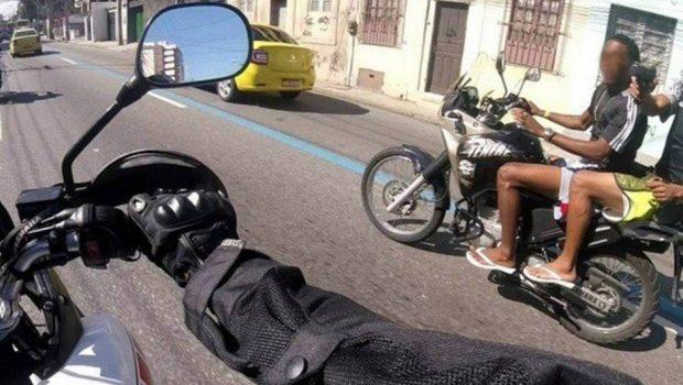 Motociclista grava momento em que é assaltado e baleado na Zona Norte