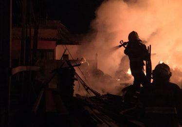 Depósito de madeira pega fogo, em Goiânia