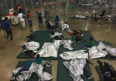 Separadas dos pais nos EUA, crianças dormem no chão em gaiolas de metal