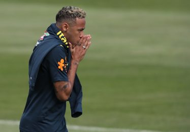 Neymar sente dores e, mancando, abandona treinamento da seleção