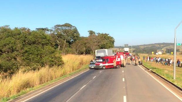 Motociclista morre ao colidir com caminhão na BR-060, em Abadia de Goiás