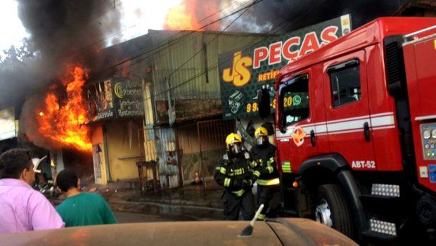Bombeiros combatem incêndio em loja de peças, na Vila Canaã