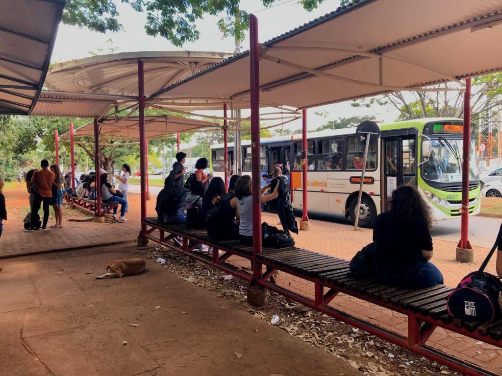 Vereadores derrubam veto e tempo máximo de espera nos pontos de ônibus vira lei em Goiânia