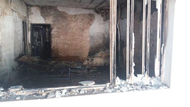 Populares retiram pessoas com necessidades especiais de residência incendiada na Vila Nova