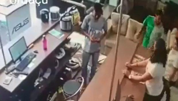 Antes de serem mortos em confronto, quatro são vistos em assalto a loja de Uruaçu, veja vídeos