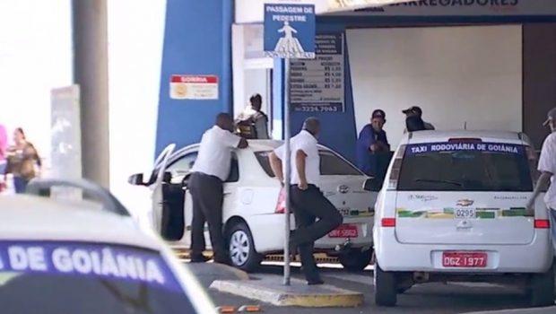 Confusão entre motorista de aplicativo e taxistas termina em pancadaria, na Rodoviária de Goiânia