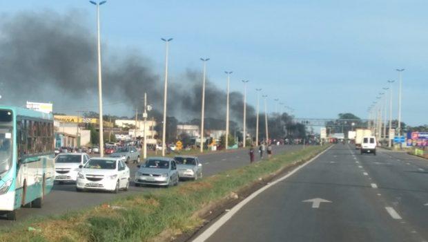 Manifestantes bloqueiam BR-070 por melhorias em transporte público, em Águas Lindas