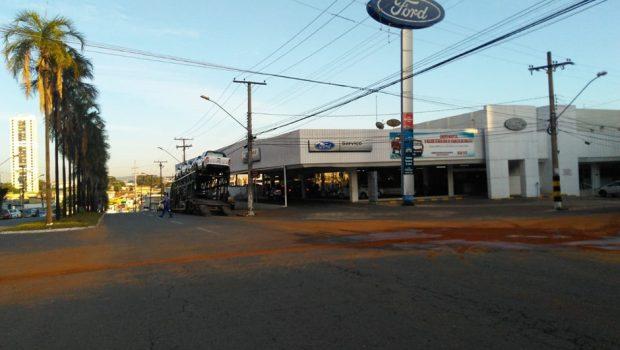 Vala no asfalto complica trânsito na região do Setor Aeroporto, em Goiânia