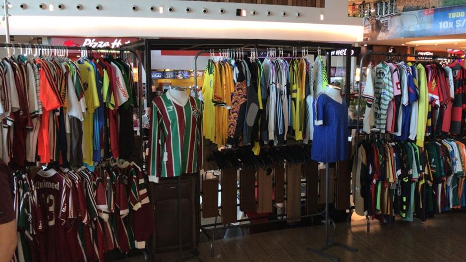 Shopping recebe exposição com coleção de camisetas de futebol