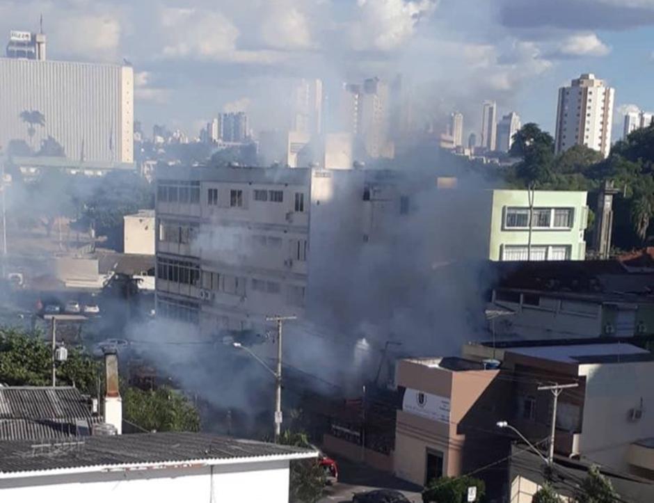Casa abandonada pega fogo no Centro de Goiânia