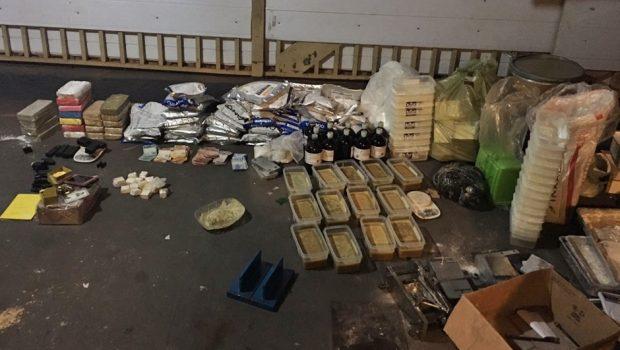Casais são presos com drogas, armas de uso restrito e mais de 500 munições em Goiânia