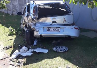 Motorista provoca acidente com veículo estacionado e não deixa contato