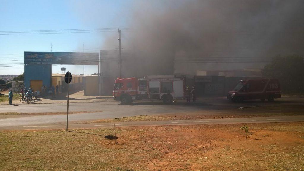 Incêndio destrói fabrica de telhas isotérmicas em Anápolis