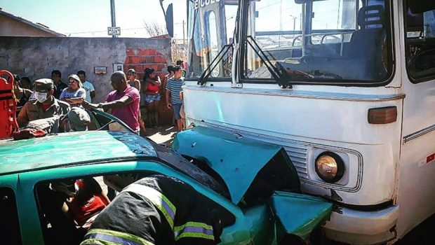 Quatro pessoas ficam feridas em acidente entre carro e ônibus, em Formosa