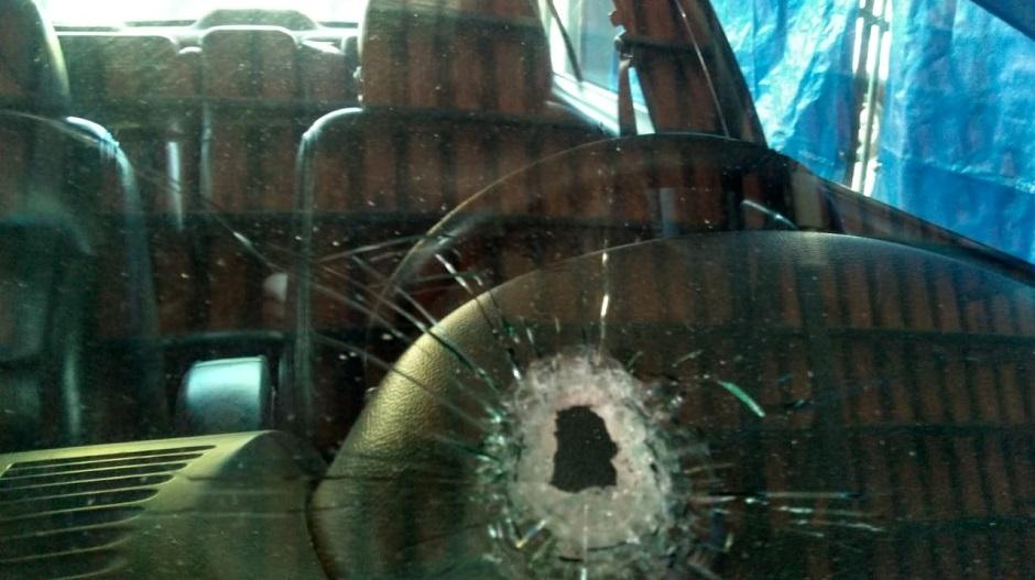 Homem é livrado de tiro pela direção do carro, em Goiânia
