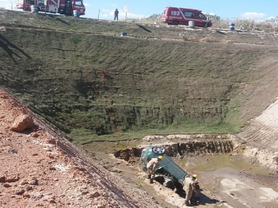 Três jovens morrem após carro cair em vala de obra da ferrovia Norte-Sul na  ... c50c498edf