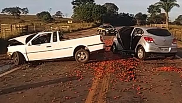Colisão frontal deixa três pessoas feridas na BR-414, em Corumbá de Goiás