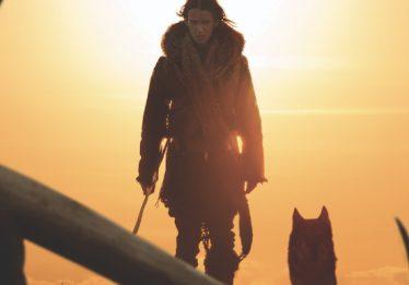 Amizade entre homem e lobo e retratada no trailer de 'Alpha'