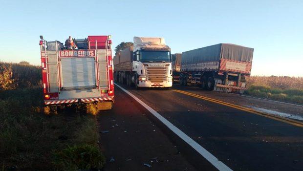Pai morre e filho fica ferido após colisão com caminhão, na BR-364