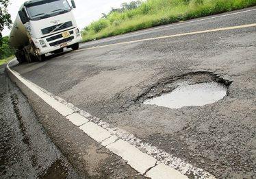 Agetop terá de indenizar família por capotamento ocorrido devido a buracos na GO-237, em Uruaçu