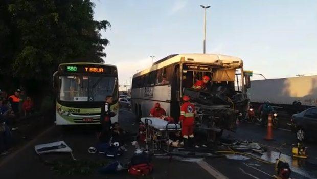 Acidente entre dois ônibus e duas motocicletas deixa feridos na BR-153, em Aparecida de Goiânia