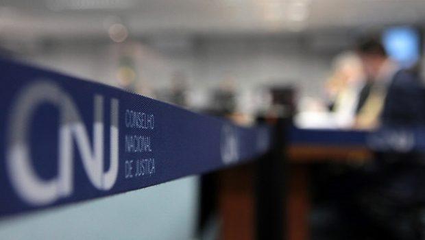 CNJ suspende análise de ação contra juiz que fez audiência armado em Goiânia