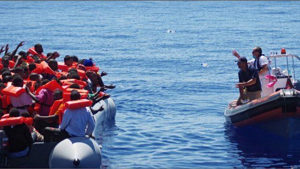 Navio com 629 imigrantes aguarda em alto-mar solução política