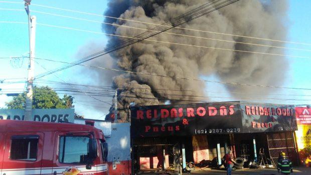 Bombeiros controlam incêndio em loja de pneus na Vila Mauá