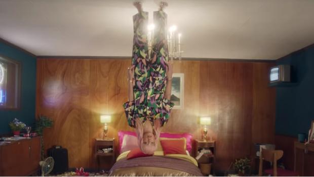 Lily Allen está desolada e de cabeça para baixo no clipe de 'Lost My Mind'