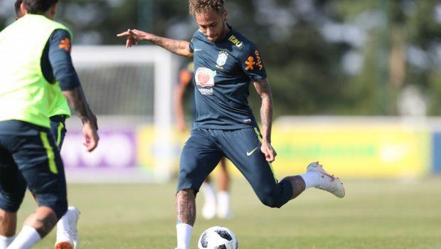 Neymar treina entre os titulares e deve começar em campo no amistoso de domingo